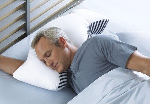 Подушки под спиной храпящего человека