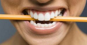 Зажмите между зубами карандаш